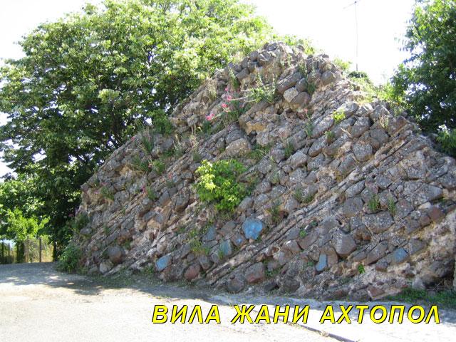 Част от крепостната кула Агатополис